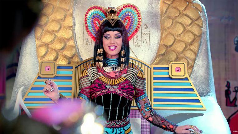 Katy Perry in de videoclip van Dark Horse.  Beeld