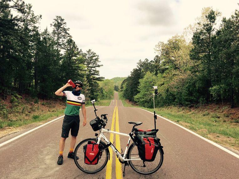 Wouter Deboot trekt per fiets de VS door, en breng daarvan verslag uit in 'Iedereen beroemd'. Beeld rv
