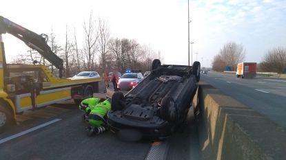 Auto belandt op zijn dak op E17