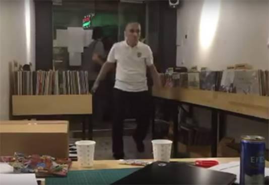 Een razende man stormt de platenzaak binnen.