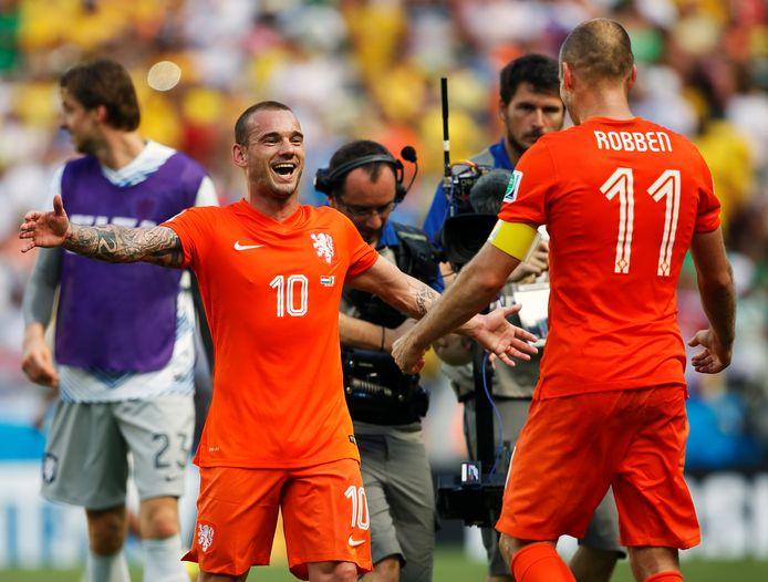 Wesley Sneijder en Arjen Robben vieren feest na de zege op Mexico in 2014.