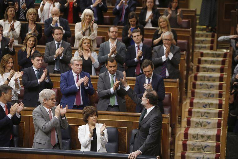 Rajoy kreeg na zijn korte toespraak een staande ovatie van zijn fractie. Beeld EPA