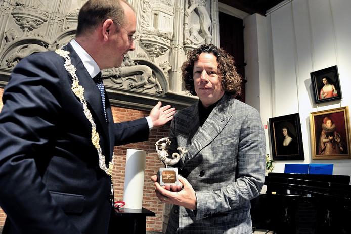 Geluidskunstenaar Mo Rooneh(r) door loco burgemeester Arjen van der Wegen