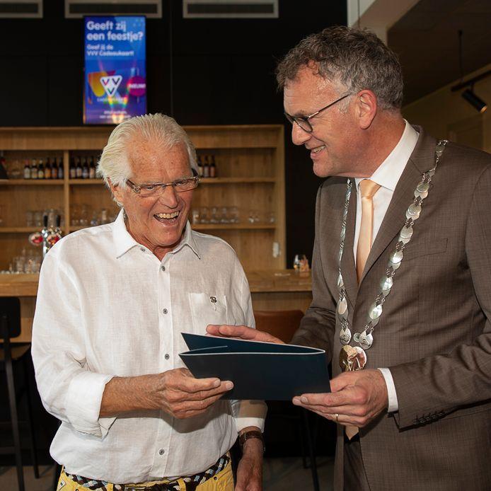 Jan van Ganzewinkel ontvangt de Blijk van Waardering uit handen van burgemeester Hans Janssen.