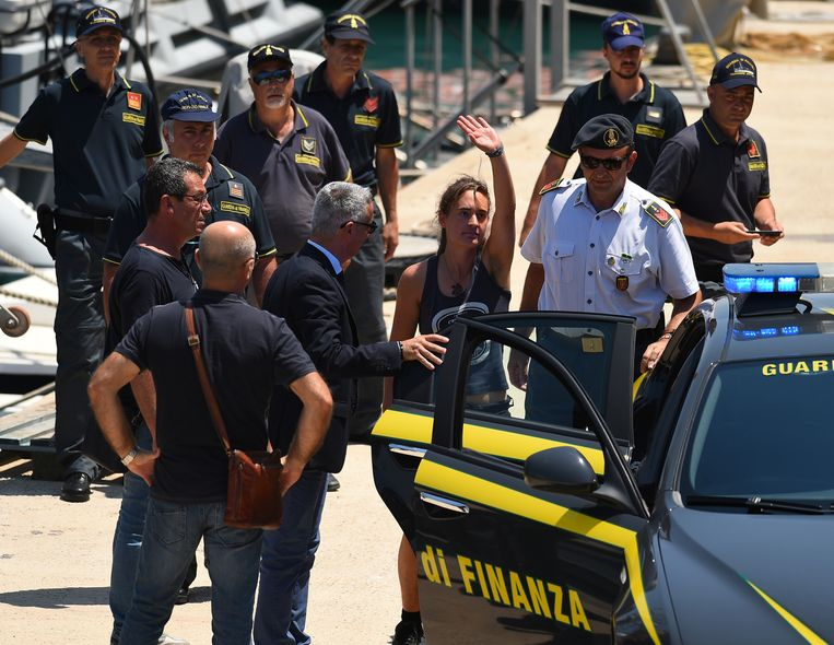 Juli 2019. Rackete wordt meegenomen door de politie in Porto Empedocle, Italië. Beeld REUTERS
