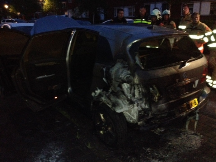De door brand beschadigde auto in Veldhuizen in Ede.