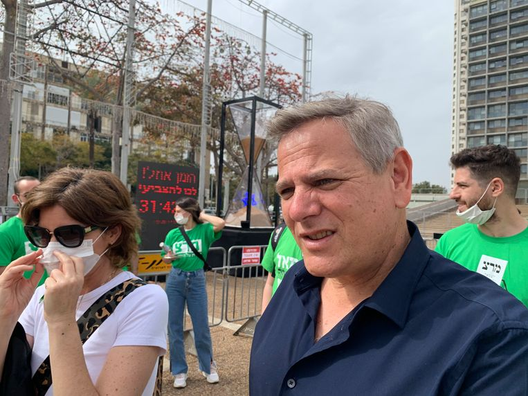 Nitzan Horowitz, leider van de linkse Meretz-partij, deelt flyers uit op het Rabin-plein. Beeld Ties Brock