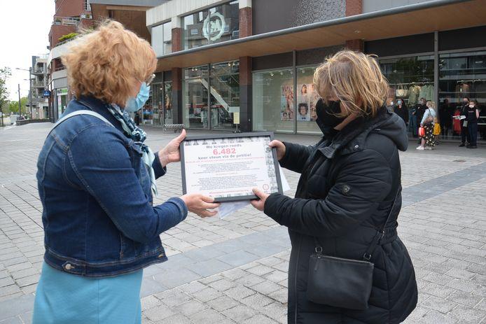 Ninoofs burgemeester Tania De Jonge krijgt de resultaten van een petitie overhandigd door kinderbegeleidster Patricia Neckebroeck.