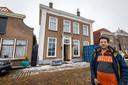 Marcel Wieling bij het 'scheve huis', dat zonder fundering is gebouwd op veengrond.