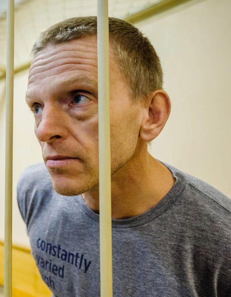De Nederlandse Greenpeace-activist Mannes Ubbels in een cel in de rechtbank van Sint-Petersburg. Beeld epa