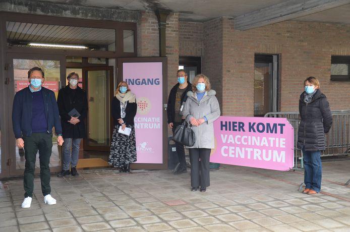 Afgevaardigden van het stadsbestuur en medewerkers bij de start van het vaccinatiecentrum in Ninove.