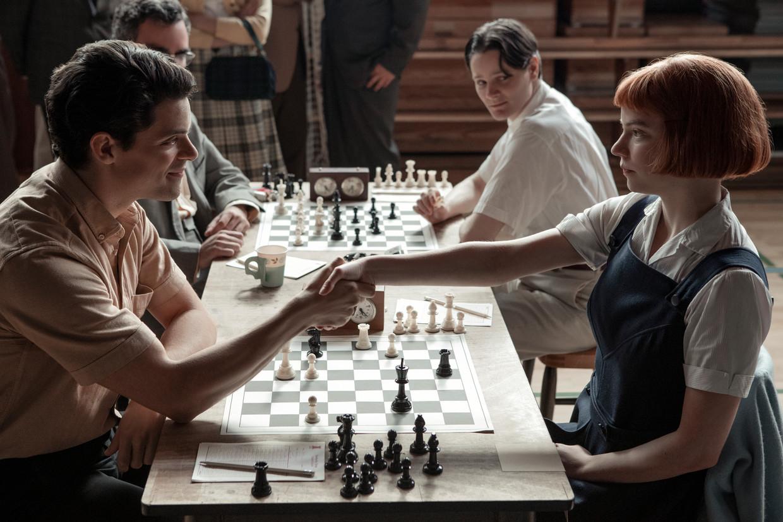 Jacob Fortune-Lloyd als Townes en Anya Taylor-Joy als Beth Harmon in de Netflixserie 'The Queen's Gambit'. Beeld Phil Bray/Netflix