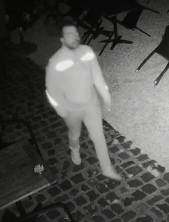 De politie is op zoek naar deze man voor een reeks inbraken in Brugge, Oostende en Gent.