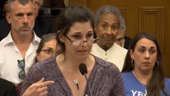 """""""Leg mij eens uit waarom de sleutel aan mij plakt?"""" Joanna komt in parlement demonstreren hoe magnetisch ze is na vaccinatie"""