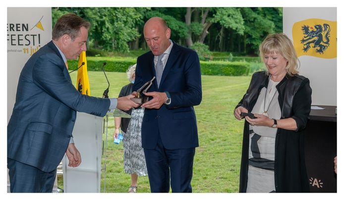 Jo Van Moer ontvangt het ereteken uit handen van Antwerps burgemeester Bart De Wever.