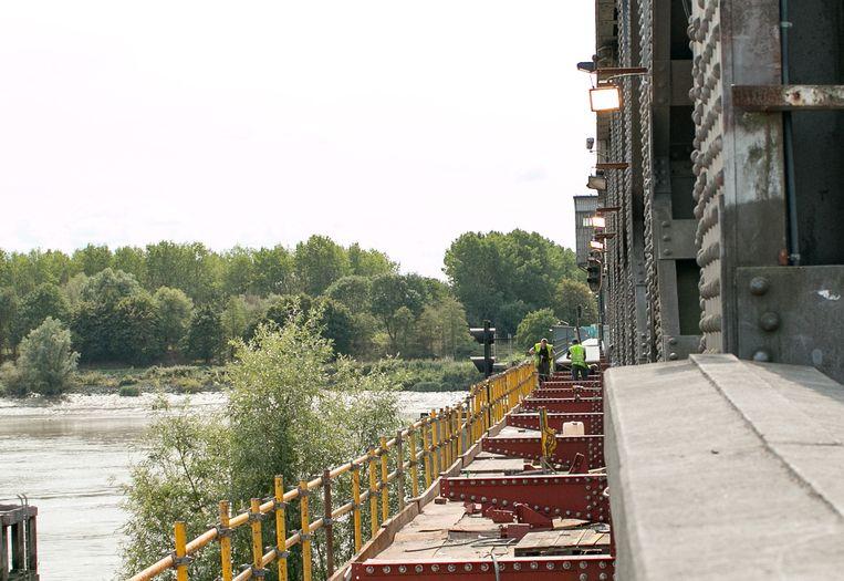 Arbeiders aan het werk aan de brug.