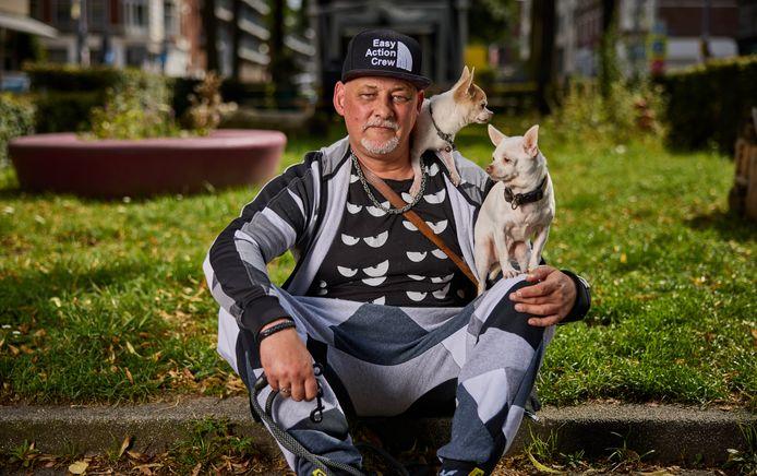 Youseph Buhsina met zijn hondjes Coco Badr en Mily Mac.