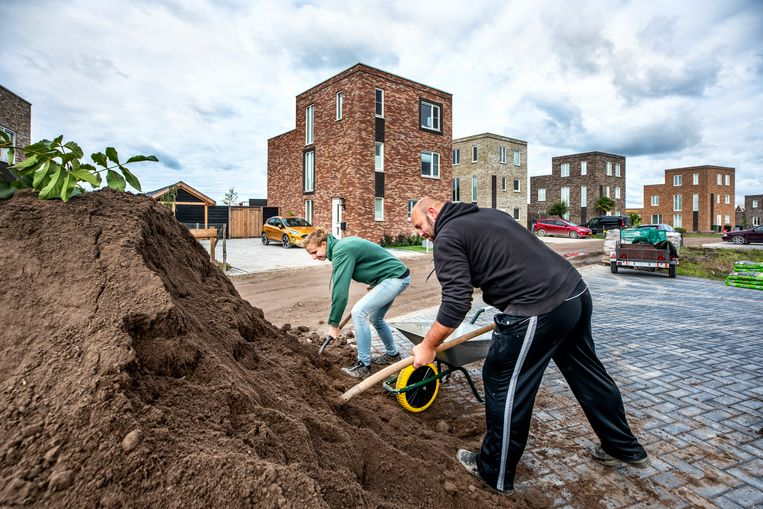 Nieuwe bewoners van de almeerse wijk Osterwold zijn bezig met de aanleg van een moestuin.  Beeld ©raymond rutting photography