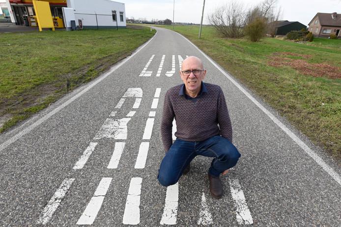 Voorzitter Bob Nisters van bewonersvereniging Wilnis Klopt op de busbaan naar Uithoorn waar volgens hem de tramlijn zou kunnen gaan lopen.