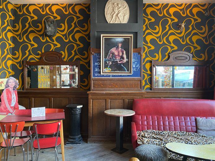 Het schilderij kreeg een nieuwe, prominente plek in het café. Goed in het zicht van het barpersoneel.