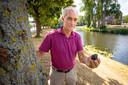 Deskundige Leo Kriegsman toont een meteoriet