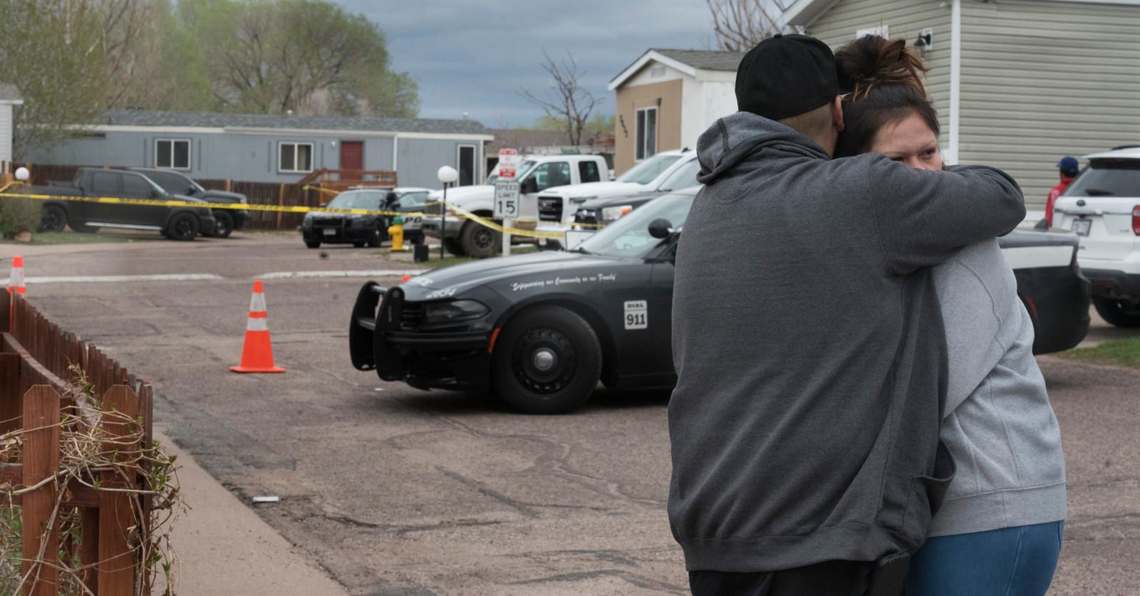 Familie en vrienden van de slachtoffers omhelzen elkaar in Colorado Springs, Colorado.