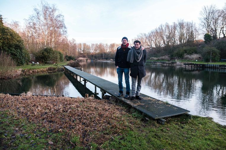 Initiatiefnemers Jenne Meyvis en Roel Apers aan de visvijver waar Bar Baars wordt ingericht.