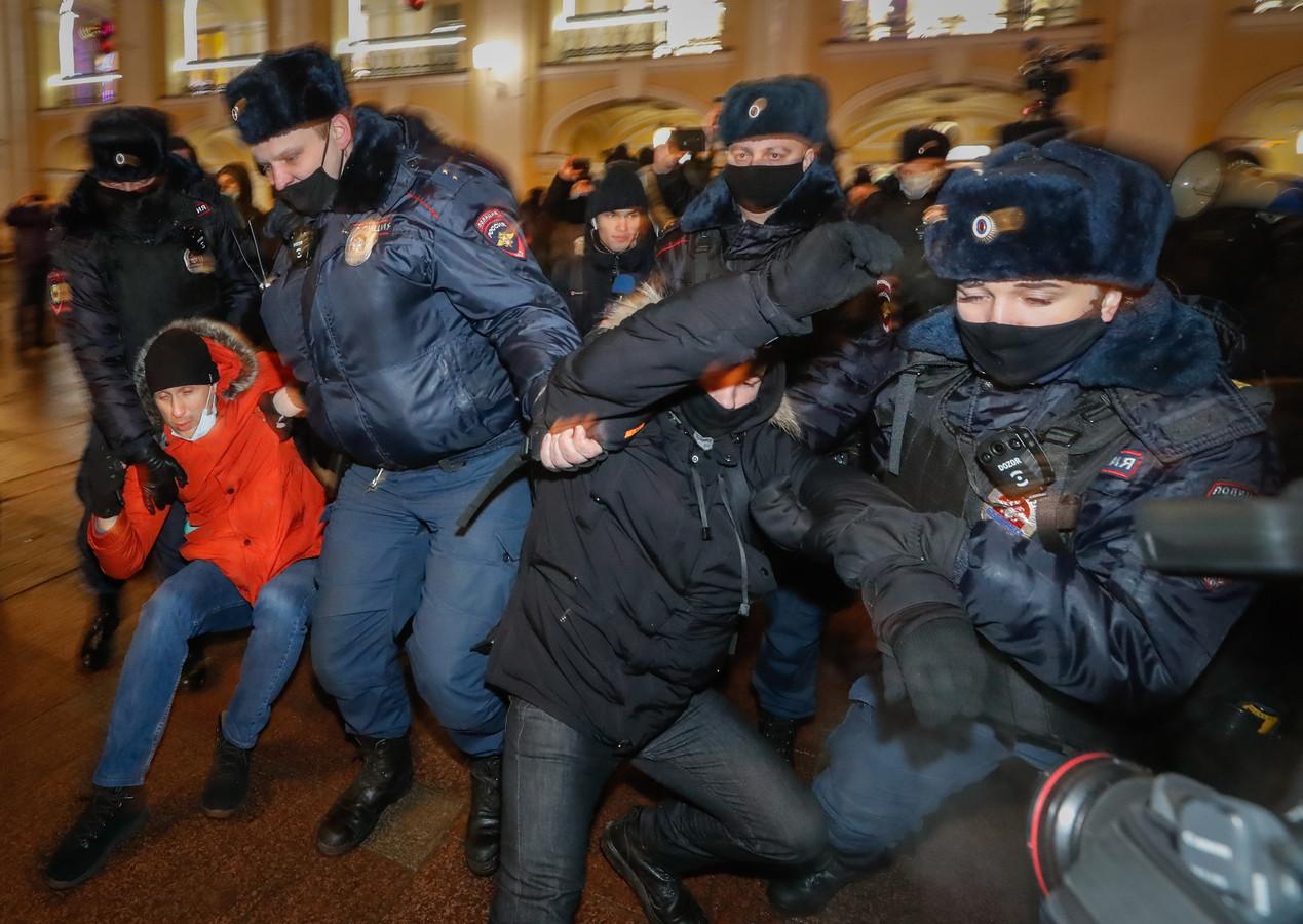 Agenten in Sint Petersburg pakken demonstranten op.