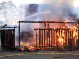 Flinke brand legt schuur bij Helmondse woning in de as