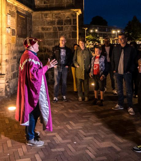 Kaarslichtwandeltocht in Oldenzaal: Plechelmus en Huttenkloas op de praatstoel