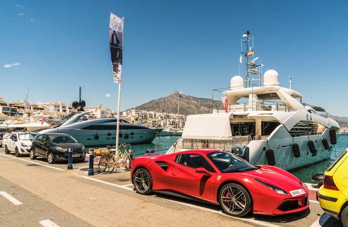 Puerto Banús, de chique jachthaven van Marbella. Er rijden volop Ferrari's, de jachten zijn imposant...