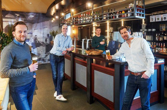 Op een veilingsite kan men bieden op het allereeste biertje. De opbrengst is ter ondersteuning van de plaatselijke horeca. Willem van Tilburg, Twan van Zandvoort, Bart van Gaal en Mark van den Bogaert (vnr) met een biertje aan de bar bij Smaak Catering te Schaijk. Fotograaf: Van Assendelft/Jeroen Appels