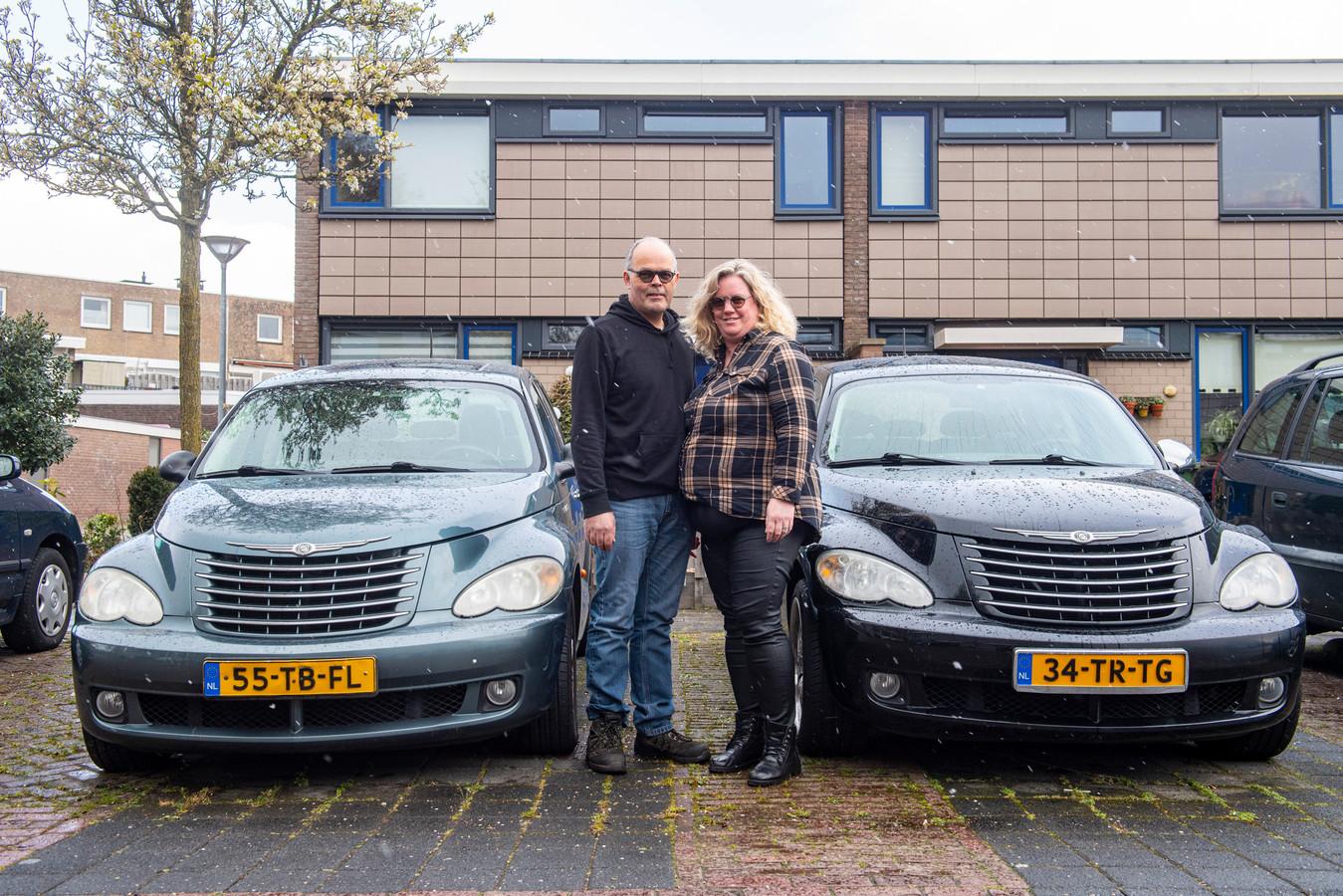 Kees en Jacqueline Sperling, bij twee van hun Chryslers, die niet door de brand verloren zijn gegaan omdat die bij hen thuis in Barneveld voor de deur stonden.