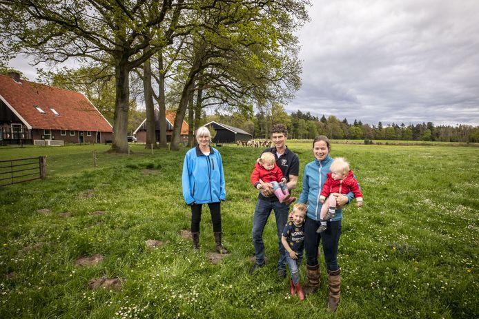 De familie Nijhof met Eddo en Lianne en de kinderen Thijs, Hidde en Marije. Links staat Mirjam Gram van het Gebiedscollectief Noordoost-Twente.