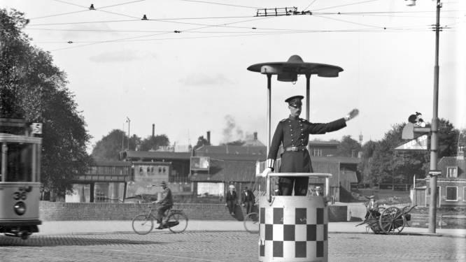 Nu staan verkeersagenten verstopt, maar in 1916 stond 'ie pontificaal op de Smakkelaarsbrug