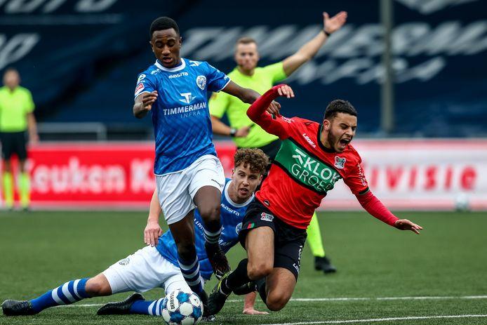 Kevin Felida voor FC Den Bosch aan de bal tegen NEC. Achter hem gaan zijn ploeggenoot Frank Sturing en NEC'er Ayman Sellouf tegen de grond.