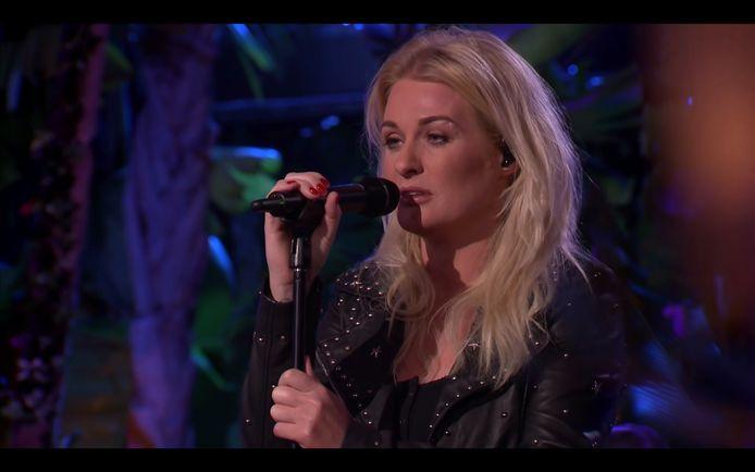 Sanne Hans - artiestennaam: Miss Montreal - zong haar eigen versie van 'Door de wind' in 'Beste zangers', de Nederlandse 'Liefde voor muziek'.