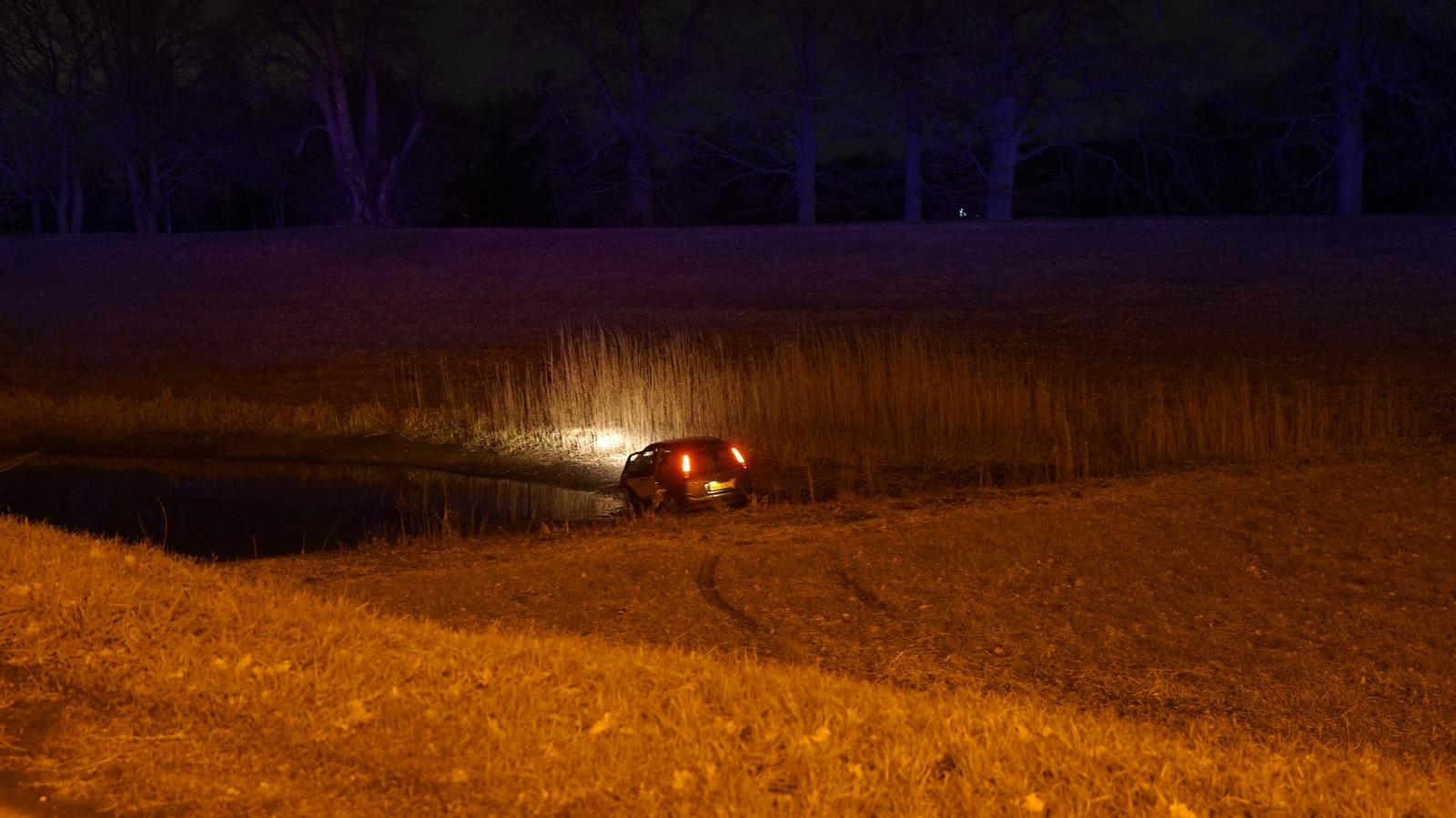 De auto schoot na de aanrijding door het gras en kwam tot stilstand in een vijver.