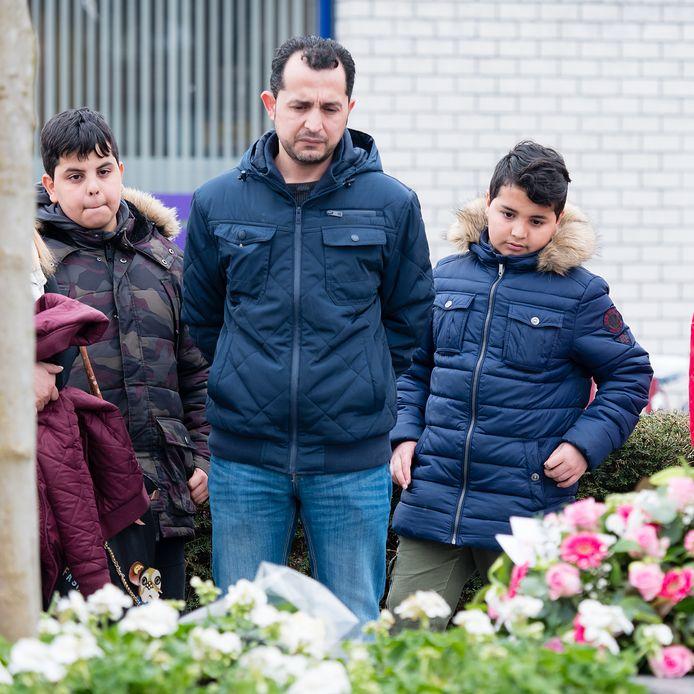 Mustafa Youssef, de zwager van de in 2011 in Alphen doodgeschoten Nadim Youssef, bij het monument voor de zes doden van het schietdrama. Links naast hem Hanif Youssef, de zoon van Nadim. Hij was 3 jaar toen zijn vader omkwam.