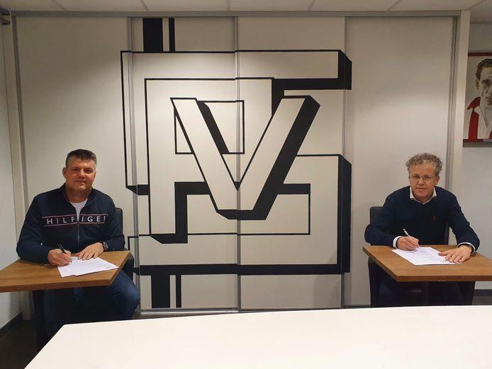 John Elbers (l) en SPV voorzitter Karel de Rooij ondertekenen een eenjarig contract.