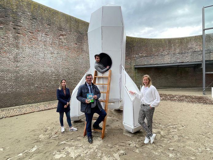 Burgemeester Bart Tommelein stelt de nieuwe doe-expo rond De Waanzinnige Boomhut voor