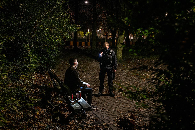 Een coronapatrouille in Brussel. 'Een minderjarige moet iets leren van de aanpak van de jeugdrechter.'