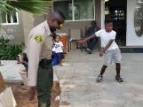 Agent en kind doen danswedstrijdje