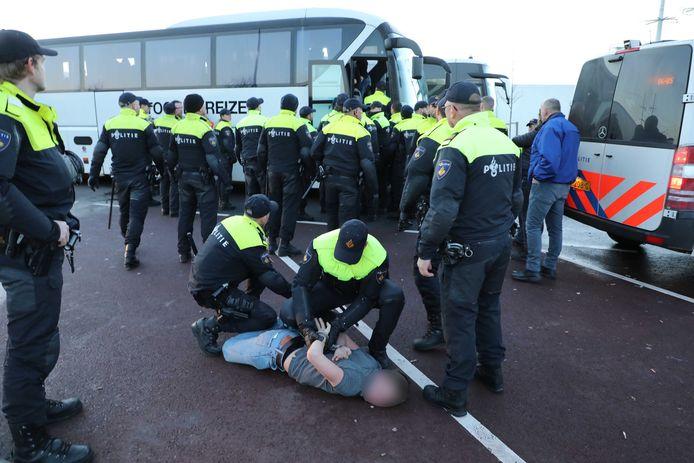 Er zijn aanhoudingen verricht nadat enkele  bussen vol met supporters van het Nijmeegse AHOUD Devils, op weg naar Den Haag, werden stilgezet.