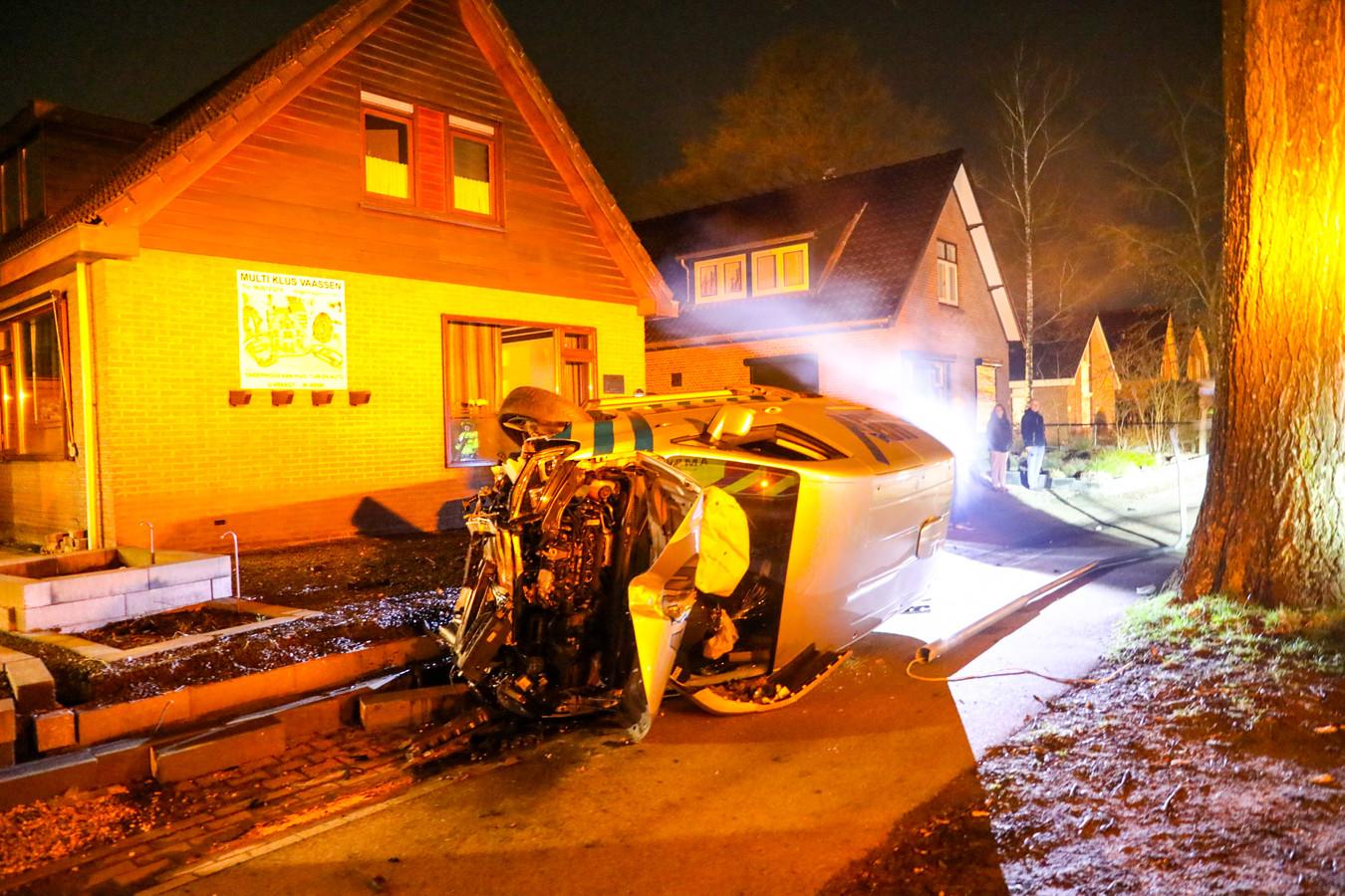 Nadat de bestelbus door twee tuinen ging, een lantaarnpaal en verkeersbord aanreed, kwam deze op zijn kant tot stilstand.