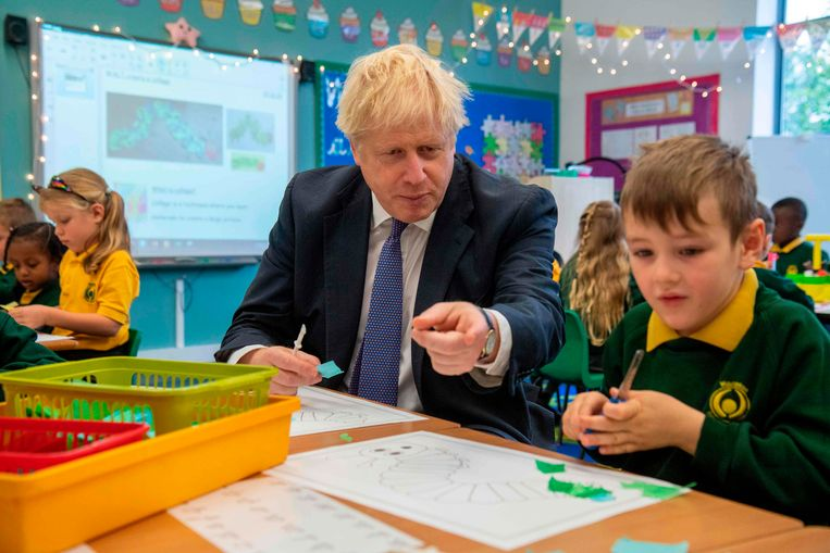 Johnson bezoekt een school in het zuiden van het land. Beeld AFP