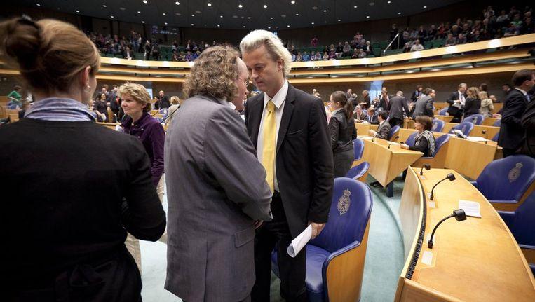 Geert Wilders overlegt met PVV-Tweede Kamerlid Dion Graus na afloop van de stemming over een voorstel van GroenLinks om de weigerambtenaar aan te pakken. Beeld anp