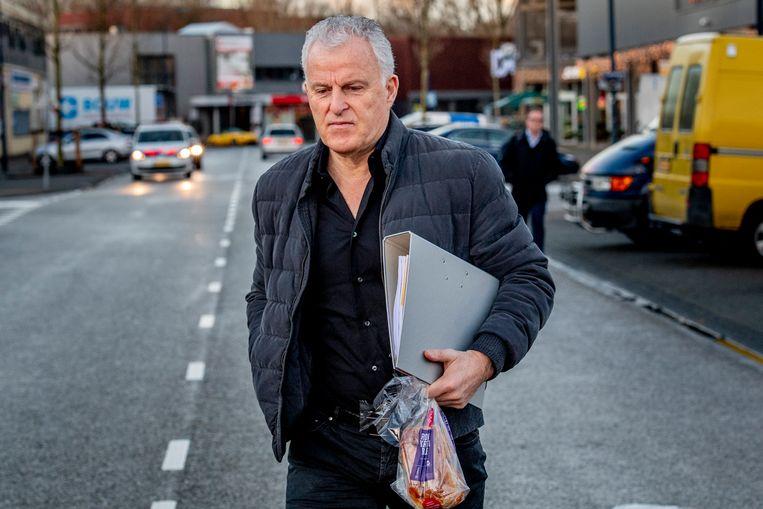 Peter R. de Vries arriveert bij de Bunker, de extra beveiligde rechtbank in Osdorp voor het strafproces tegen Willem Holleeder. Beeld Hollandse Hoogte / Robin Utrecht