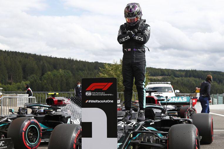 Lewis Hamilton viert ingetogen zijn zege. Beeld AFP