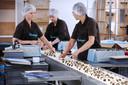 Inpakken van de bonbons bij chocolaterie Boulanger